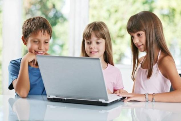 Niños menores utilizando Internet ordenador redes sociales